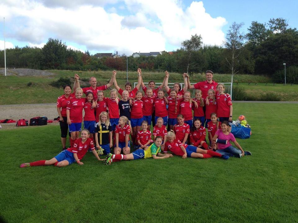 Vi är ett gott gäng som består av 29 tjejer och sex ledare som gillar att  spela fotboll och ha kul! baeb450f47a19